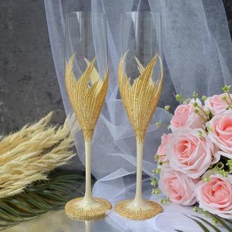 Свадебные бокалы для молодоженов в бежевом цвете. Лебединые перья украшены золотыми линиями