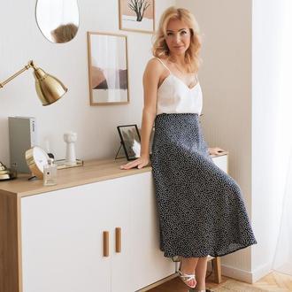 Чёрная шелковая юбка миди в горошек