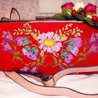 Стильная сумочка выполненный в смешанной технике: вышивка крестиком и вышивкой лентами
