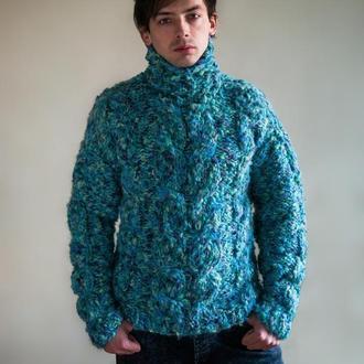 Толстый свитер из альпаки в водных тонах.