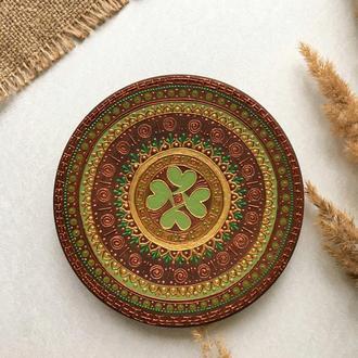 Декоративная тарелка с клевером и кельтским узором.