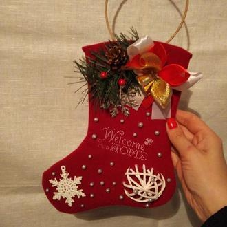 Новогодний декор сапожок с вышивкой