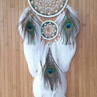 Ловец снов нежный белый с пером павлина  с изумрудный бусинами.