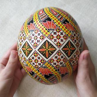 Писанка на страусином яйце «С цветком и полотенцами»