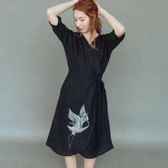 Черное льняное платье кимоно на запах с росписью ручной работы