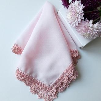 Розовый носовой платочек с персиковым кружевом