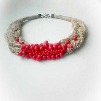 Эко-колье на шею в виде косы с красными бусинами и бисером.