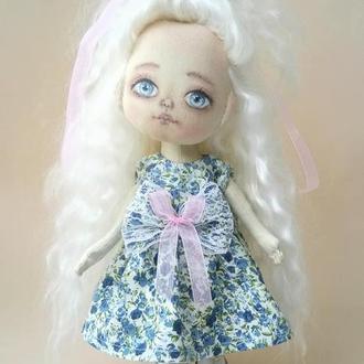 Кукла  текстильная блондинка с длинными волосами.