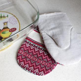 Набор: Кухонная варежка и прихватка с красной вышивкой