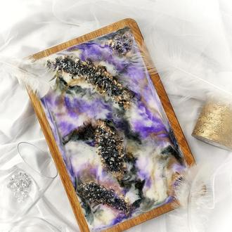 Доска для сервировки с эпоксидной смолой и кристаллами