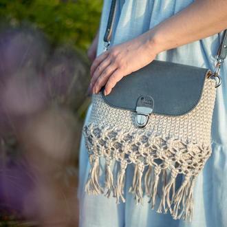 Вязанная сумка с бахромой и кожаным клапаном