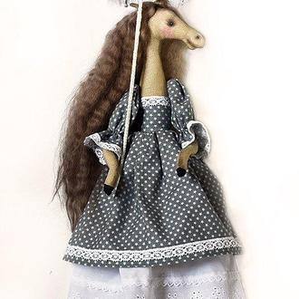 Лошадь тильда с кружевным зонтиком