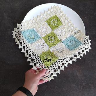 Вязаная салфетка для сервировки или декора стола