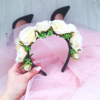 Ободок из кремовых роз