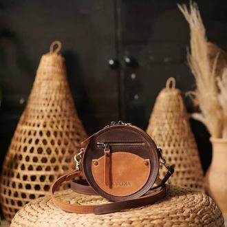 Круглая коричневая сумка через плечо кожаная