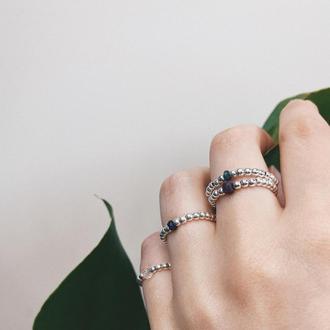 Кольцо из серебряный бусин и натурального камня