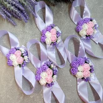 Бутоньерки на руку для подружек невесты в сиреневом цвете