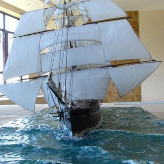 Модели парусных кораблей в макете водной поверхности