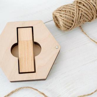 Шестиугольная деревянная коробочка для флешки с гравировкой логотипа