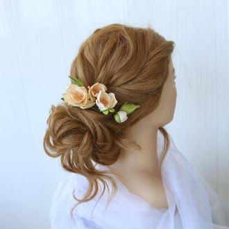 Персиковые цветы в прическу. Цветы на шпильках. Заколки в прическу с цветами.