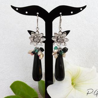Длинные серьги с черной каплей из агата с серебристым цветком, бежевым и зеленым хрусталем
