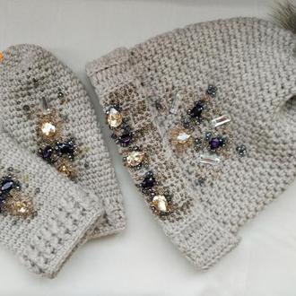 Зимний комплект шапка и варежки  Беж вышитая стразами Сваровски,жемчугом и тд.
