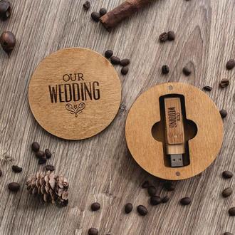 Круглая деревянная коробка с гравировкой. Упаковка для деревянной флешки