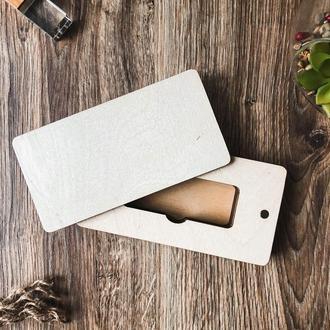 Прямоугольная коробка в форме пенала под флешку. Подарочная коробка на магнитах с гравировкой.
