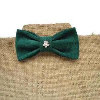 Замшевая галстук-бабочка с шармом из кристаллов. Suede green bow tie.