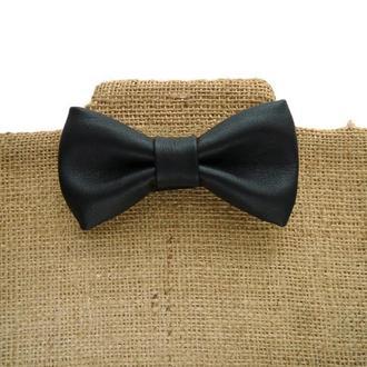 Черный кожаный галстук-бабочка.