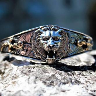 Браслет из серебра мужской с головой зверя лев с ручной гравировкой Мечи Сабли