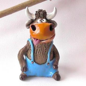Статуетка бика смішного