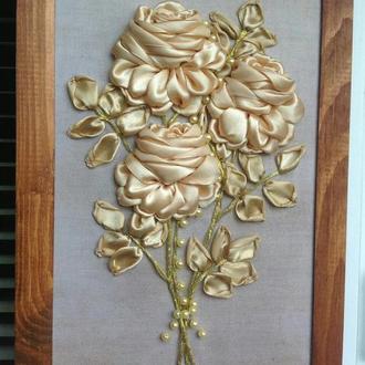 Картина вышитая атласными лентами, жемчужные розы