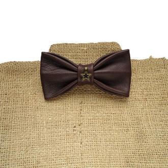 Темно-коричневый кожаный галстук-бабочка. Dark brown leather bow tie.