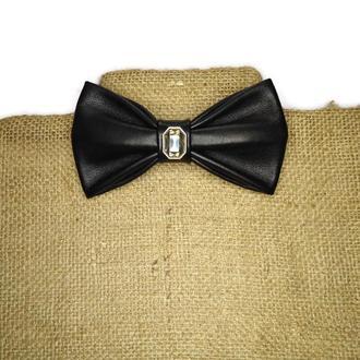 Черный кожаный галстук-бабочка с кристаллом. Black leather bow tie with crystal