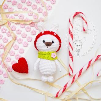 Маленький зайчик с сердечком, игрушка вязаная крючкм, амигуруми, подарок любимым