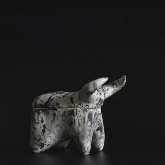 Керамічна шкатулка у формі бичка