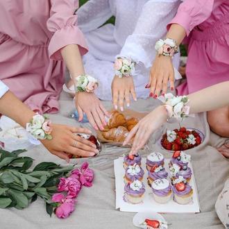 Бутоньерки/браслеты на руку подружкам невесты в бежево-персиковых тонах
