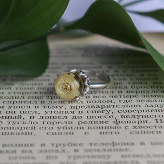 Кольцо из эпоксидной смолы с белой гипсофилой