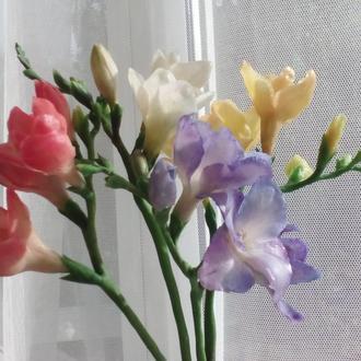 Цветок Фрезии из холодного фарфора.