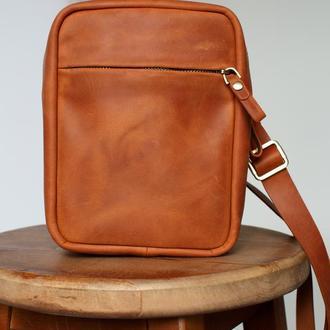 Мужская сумка мессенджер через плечо ручной работы из натуральной винтажной кожи коньячного цвета