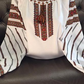 Стильна гуцульська вишиванка ручної роботи на білому домотканому полотні.