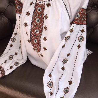 Стильна гуцульська вишиванка на білому домотканому полотні.