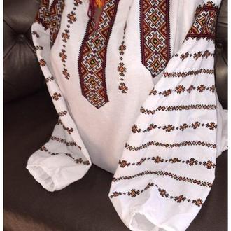 Стильна жіноча вишиванка ручної роботи на білому домотканому полотні.