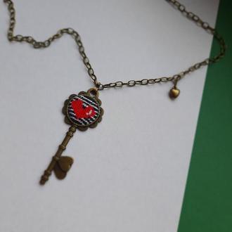 кулон ключик  з вишивкою+ подарунок/кулон вишитий  серце