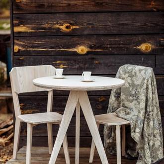 Круглый деревянный стол на кухню или лоджию в стиле прованс