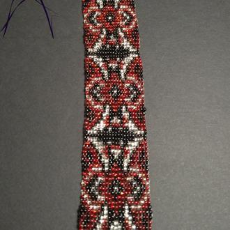 Красный браслет в этно стиле