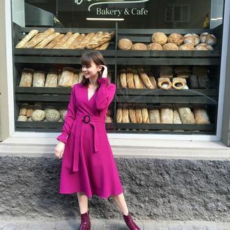 Фиолетовое платье с длинными рукавами и поясом