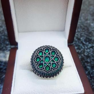 Кольцо с множеством камней разных цветов ручной работы круглое из серебра