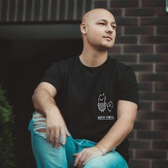 """Мужская футболка с авторской вышивкой """"Good Stories"""""""
